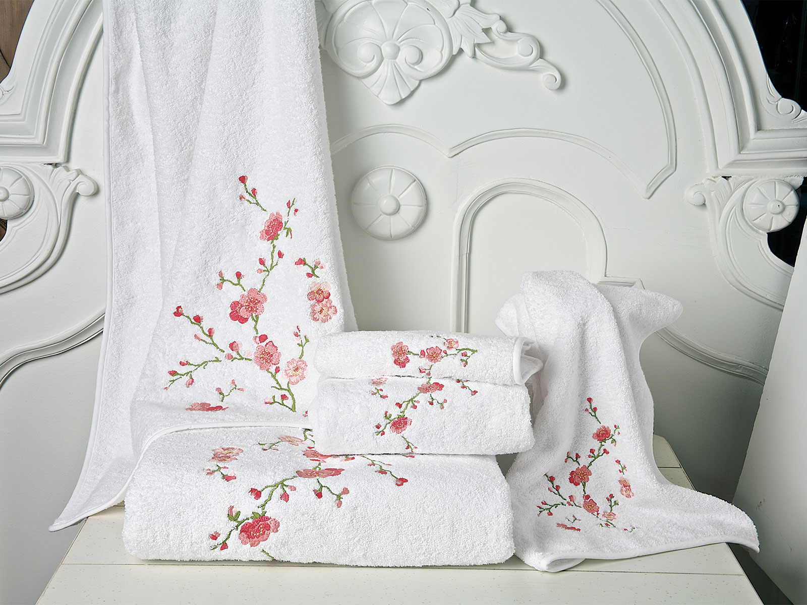 Very Cherry. 100% Turkish cotton terry is as legendary as the beauty of richly embroidered cherry blossoms. 600 g/m2, nicely taped all around.