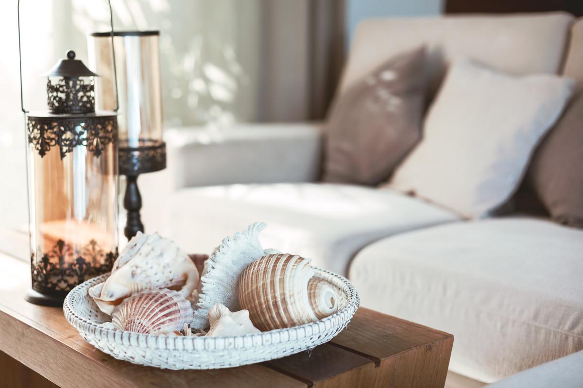 Beach interior decor: sea shells and lanterns on the wooden coff